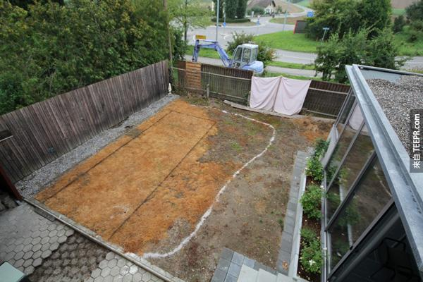 一名老爸決定要幫他的家庭蓋一個游泳池塘。