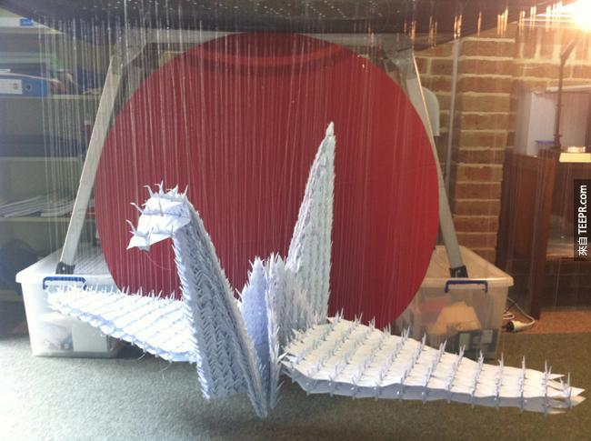 1000只纸鹤组成的巨大纸鹤。