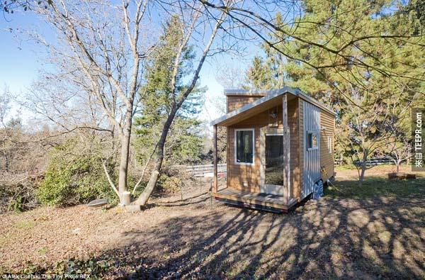 """Alek 想要花更多的時間專注在他的生活品質上,所以他搭蓋了這間小房子。 """"住在比較小的空間促使我過一個更簡單,更井井有條的生活方式。"""""""