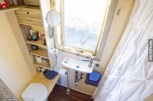 廁所很小,但是卻是恰到好處。浴室也很實用!