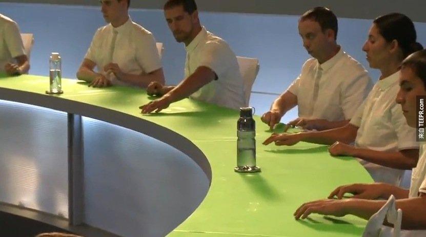 只是一面很普通的綠色桌子!