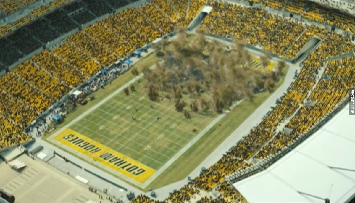 這是在《黑暗騎士:黎明昇起》裡匹兹堡的美式足球場。