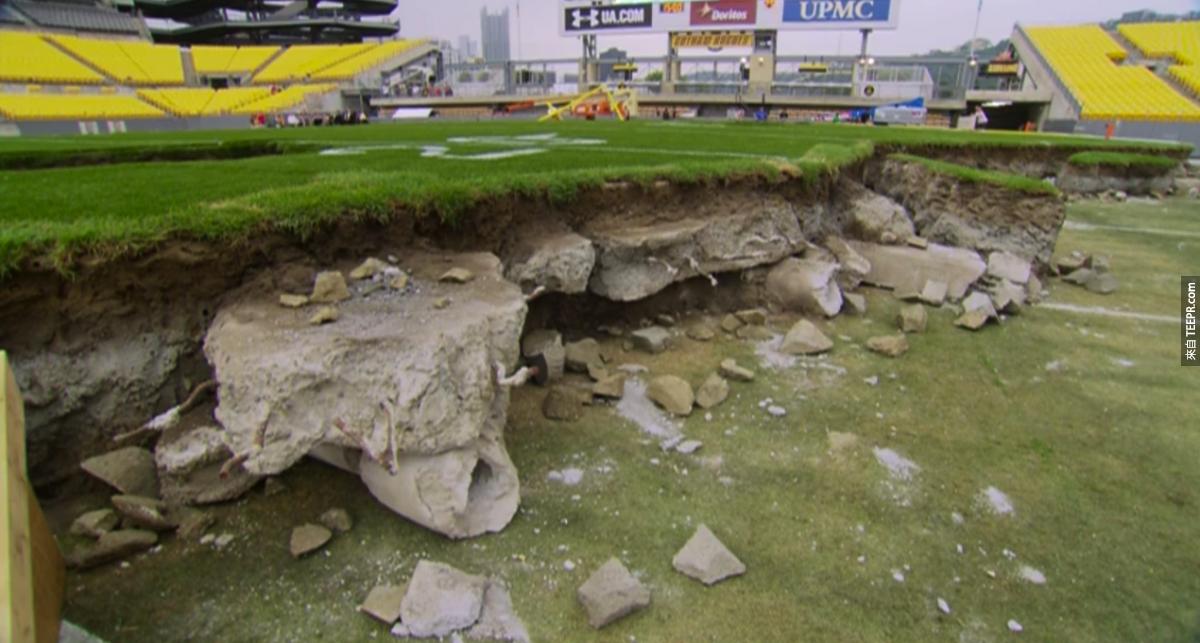 造景師把炸爛後的球場設計成廢墟。