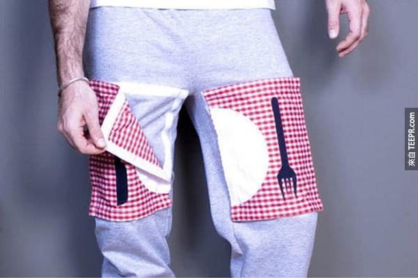 13.) 很懶嗎? 穿上這件用魔鬼沾黏上的餐巾,這樣你每次吃零嘴的時候就不會弄髒了!