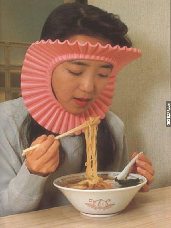 18.) 吃拉麵是一件很危險的事情。一定要帶一個防護罩保護你的頭髮。