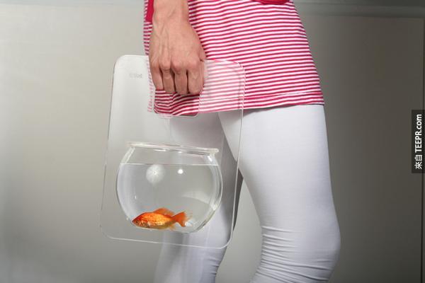 7.) 這是一個手提魚缸。你現在可以帶你的寶貝金魚到天涯海角了。