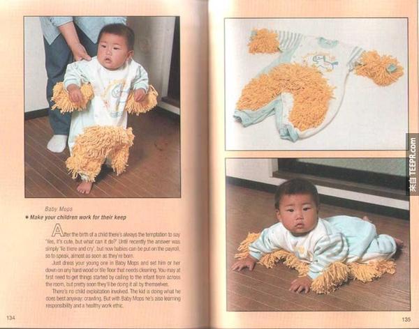 9.) 讓小Baby也幫忙拖地。從小就讓他習慣幫忙清理家裡。