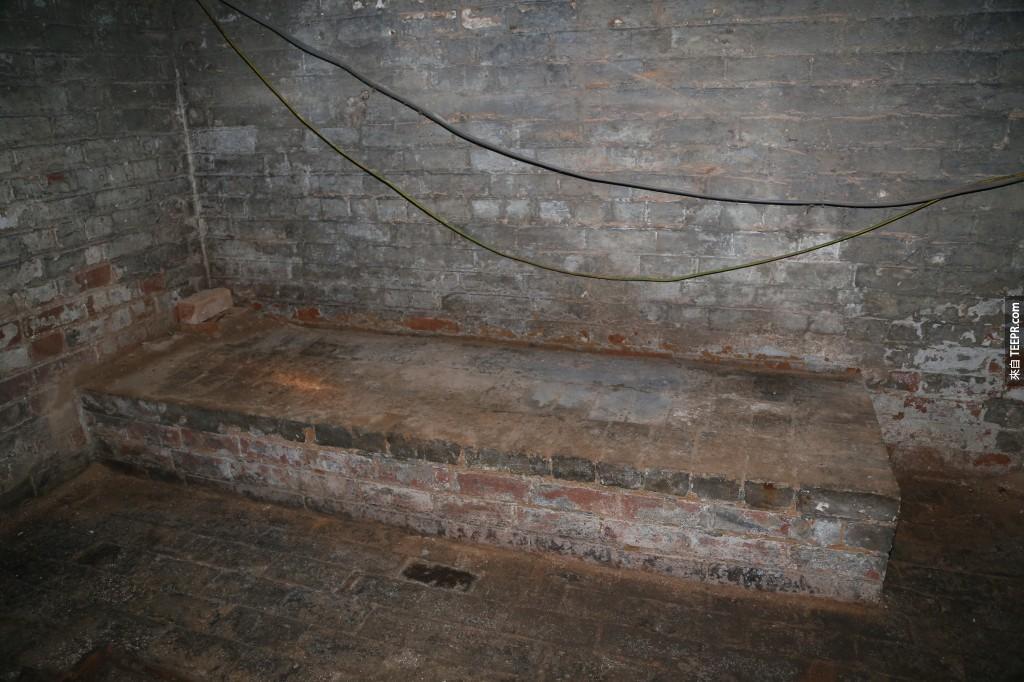 角落裡發現到一個奇怪的形狀...看起來像是一個石頭床?不管怎麼樣,這裡看起來會很是還開轟趴或是把它變成一個家庭戲院!