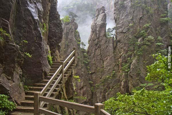 1.) 黃山步道(中國大陸):黃山位於中國安徽省南部,看起來雄偉險峻,它被列入UNESCO聯合國世界遺產之一,有超過30個旅遊步道。黃山與眾不同的特點在於主要以花崗岩所構成,造型自然獨特,慕名而來的旅客們都是為了觀賞黃山的雲海和優美的松樹風景。