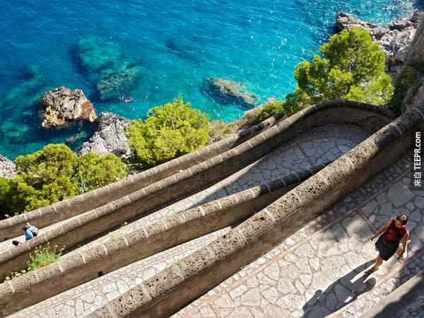 2.) 卡普里島小徑(Capri Island Path,意大利): 無論對義大利人還是對外國人,卡布里島都是著名的旅遊景點。高於海拔400英尺高的卡普里島有個非常有趣的小徑叫作Via Krupp,它是切鋪而成的小徑,1092年建立在卡普里島南部的海岸,修建30年之後又重新開放讓人參觀。Via Krupp造型格外有趣,從上往下看感覺就像是堆疊而成的小徑。