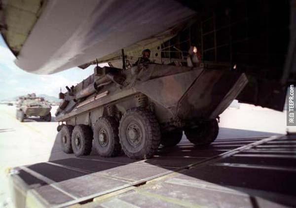 需要運坦克嗎?這台坦克對這架飛機來說就像是一件空運行李一樣,太輕鬆了!