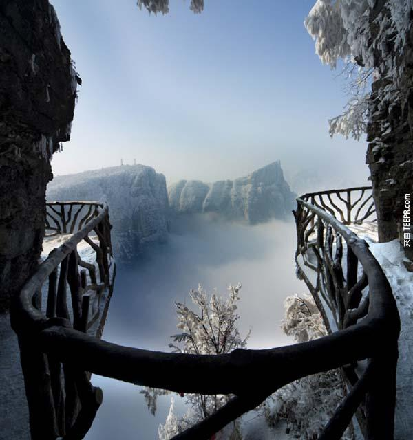 3.) 天門山步道(中國大陸): 很多人喜歡登有難度的山,因為他們享受登山的過程,登到山頂時又會有種莫名的成就感。天門山位於湖南省,因自然奇觀的天門洞而出名,被譽為「湘西第一神山」。站在懸在峭壁上的「鬼谷棧道」和「玻璃棧道」,你可以看盡天下的奇絕勝景,因為它是全世界最高瞭望台之一。心臟恐怕無法負荷或畏高的人,我勸你們還是別登此山了,因為從這種高度往下看雖然是很夢幻,但同時也會讓人嚇破膽。