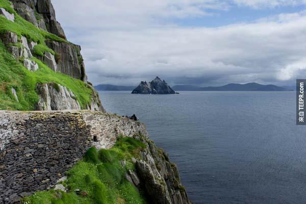斯凱利格·邁克爾島徑道(Skellig Michael,愛爾蘭): Skellig Michael就在愛爾蘭島附近,島上有古老的基督修道院,建於6到8世紀期間,不過12世紀之後就被遺棄。這座島和修道院被列為UNESCO世界遺產之一,峭壁間有個600多步的石道小徑,歷史悠久長達1000多年,使得四海包圍的Skellig Michael散發著古老神秘的氣息。