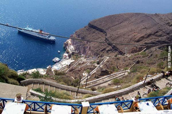 6.) 聖托里尼驢子之徑(Santorini's Donkey Path,希臘):驢子之徑?沒錯,聖托里尼就是有讓驢子步行的小徑。這個蜿蜒小徑有4265英尺長,657階梯,讓人愜意漫步的時候還可以欣賞大海的平靜。