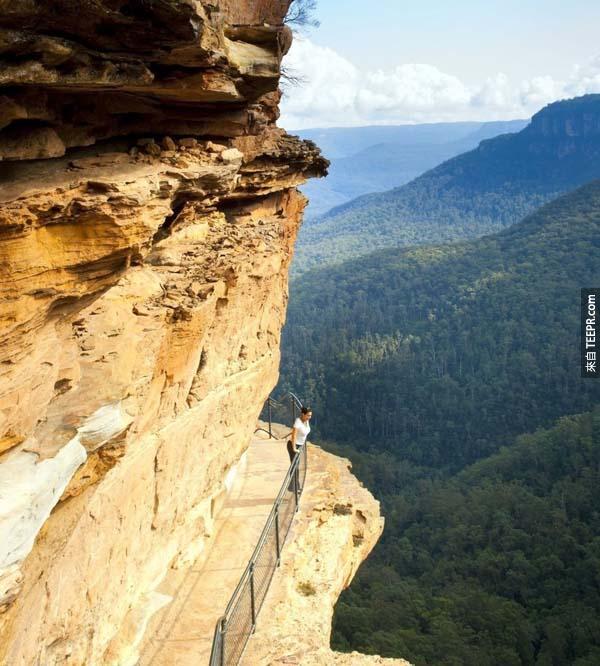 7.) 藍山峭壁之道(澳洲):藍山,有沒有覺得這名字很酷?山之所以藍,因為山上生長不少桉樹,葉子釋放的氣體聚在山間,形成藍色的薄霧。藍山在雪梨(Sydney)的界線上,讓我不敢相信的是峭壁上的步道竟然是人工雕刻而鋪成的!這麼可怕的峭壁當然有安全措施如手扶梯、階梯,由高往下一看,如此壯觀的景色真的是讓人屏住呼吸(前提是如果你不會畏高的話)。