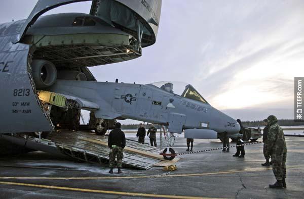 或是可以搬運10台小型的 (12頓一個) 交通工具或是戰鬥機。