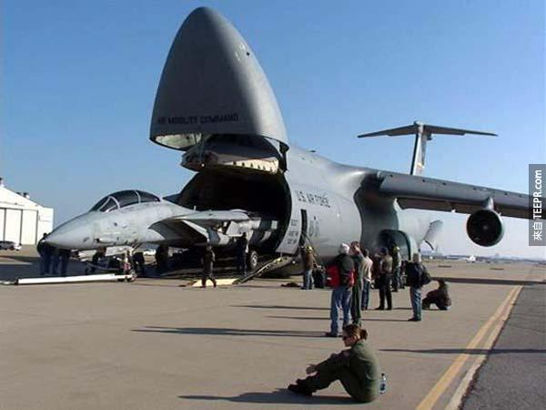 一架C-5 Galaxy可以運另一台飛機...但是另一台飛機需要把翅膀先拆掉。