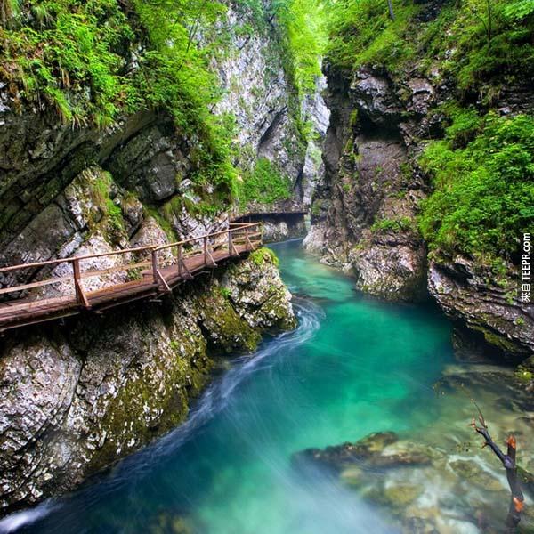9.) 文特加峽谷之徑(Vintgar Gorge Trail,斯洛維尼亞): 斯洛維尼亞(Slovenia)這個國家最美的地方之一,就是文特加峽谷。它就在Gorje城市裡,優美的風景是由Radovna河和160到330英尺高的峡谷陡壁所構成,斜谷大概有820英尺。青翠綠意和細長流水,是個可以和情人或是好友一起來遊玩的景點。