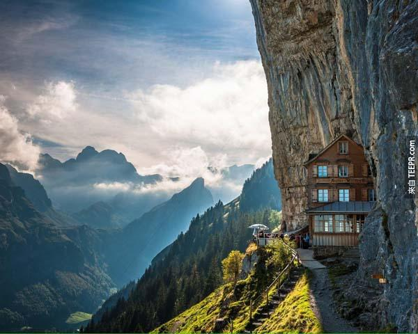 10.) Ebenalp Paths(瑞士):Ebenalp是Appenzell Alps最北端的頂峰,跟著Ebenalp步道往上登,就像是閱讀一本瑞士的童話故事,翻頁間你會發現Aescher山上的餐館。這家餐館似乎隱藏在山壁間,一邊享受當地美食,你還可以一邊欣賞仙境般的雲海,而且登山路程只需20分鐘,心動了吧?