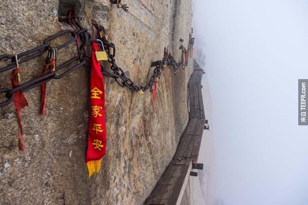 12.) 死亡之路(Death Trail,中國大陸):我覺得地球上那麼多登山步道最可怕的就是這個,名字聽起來都夠恐怖了。它位於華山,就在中國陝西省渭南市華陰市城南。華山四面如削,險峻指數破萬,走在狹窄的木板步道根本就是步步驚心。追求過度刺激感的玩命家,可以嘗試登登看Death Trail(不過一定要做好安全措施好嗎)。