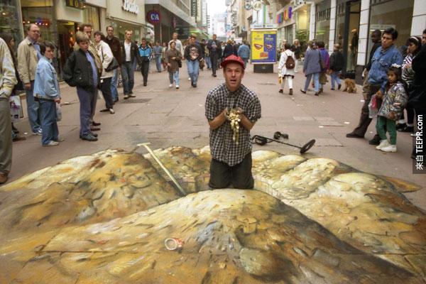 從一個角度看,他的藝術看起來就像是真的。例如在這裡,你可能會真的以為看到了一做小金礦呢。