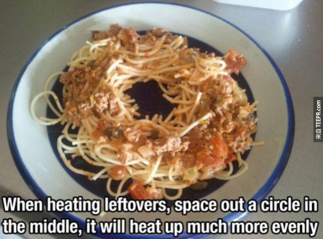 21. 微波爐入食物的時候可以把食物的中間像圖裡面這樣分開。這樣就不會熱的不均勻了。