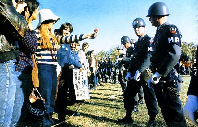 """越南戰爭時的""""花的力量""""反戰爭運動 (阿靈頓,弗吉尼亞州)。"""