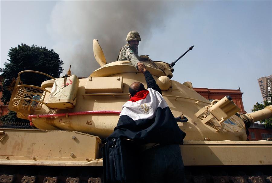 埃及的民眾跟一名不肯對民眾開伙的士兵握手。