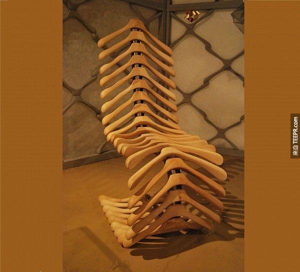 16. 用衣架做成的椅子。