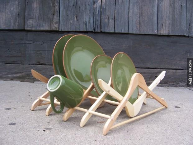 2. 用衣架做成的碗碟架。