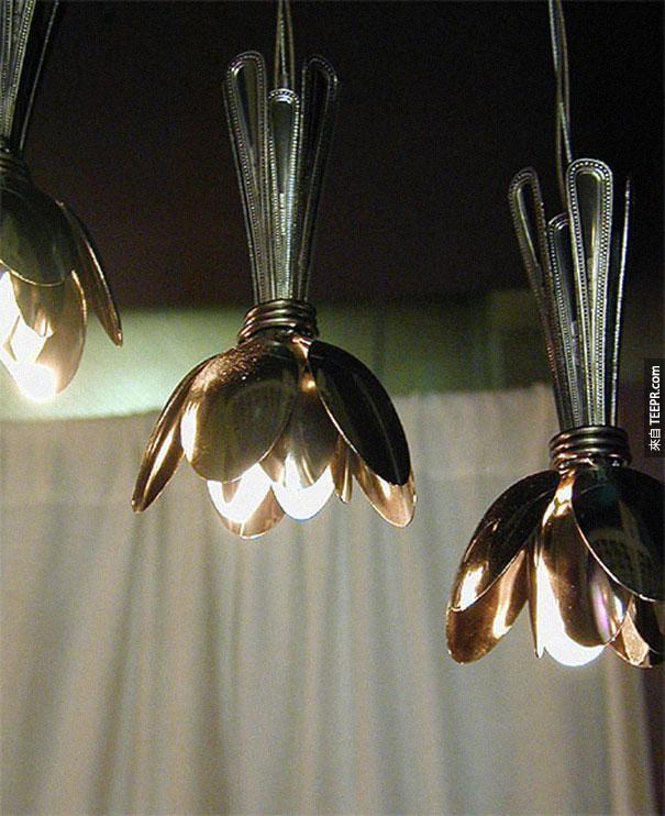 25. 用湯匙做出來的燈罩。