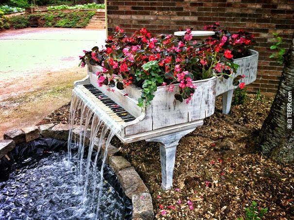31. 老旧的钢琴变成户外的喷泉。