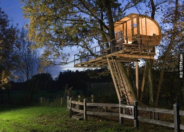 這家現代化的家庭擁有與俏皮的元素,使一個樹屋一個複雜的設計。開放的元素,有沒有更好的地方是與大自然融為一體。