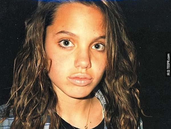 14.) 安吉麗娜·朱莉 (Angelina Jolie) – 從小就已經這麼漂亮了。