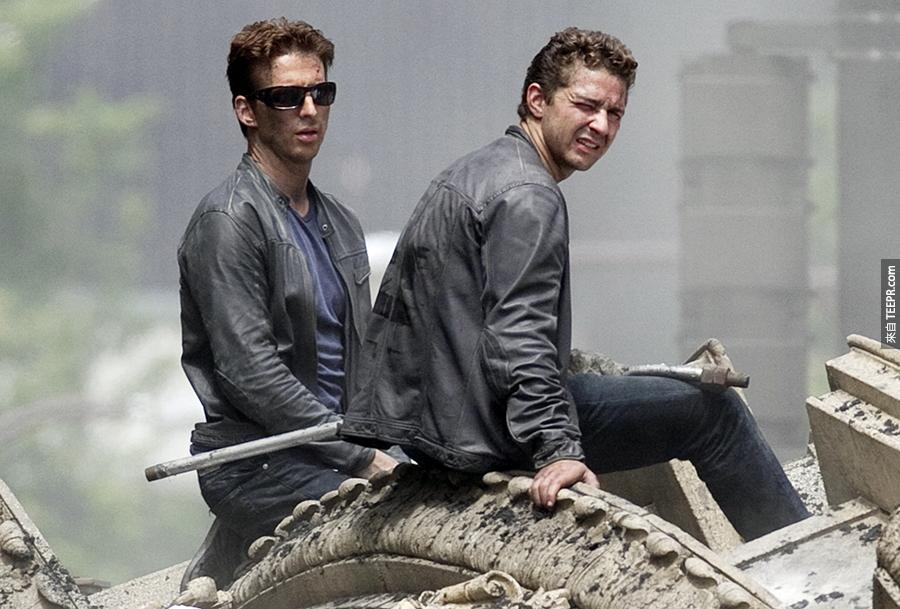 4)希亞·拉博夫(右)與他的特技替身在伊利諾伊州芝加哥大的《變形金剛3》拍攝現場 (2010年7月31日)。