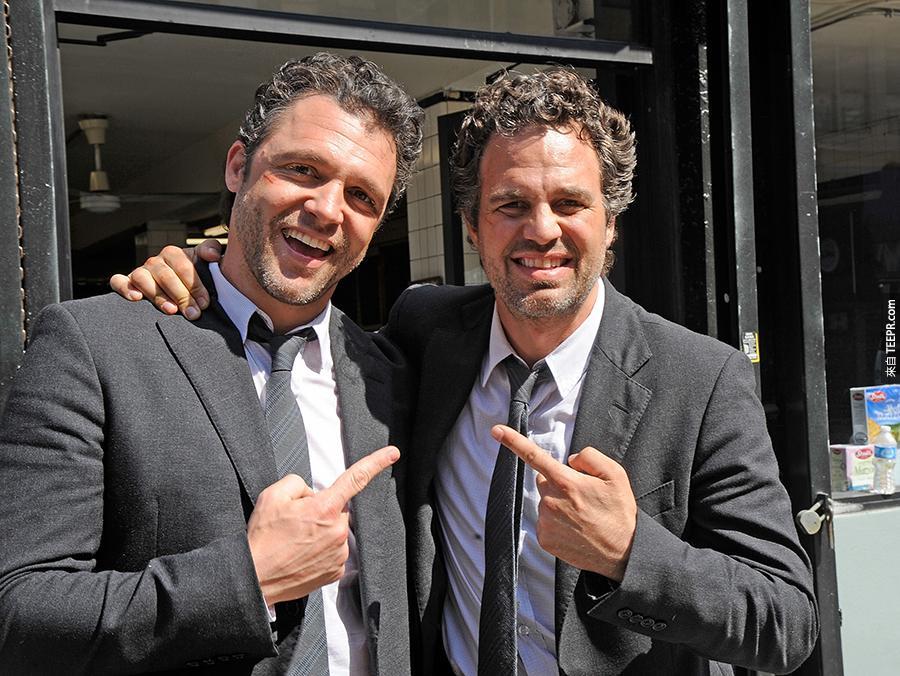 8)馬克魯法洛(右)和跟他長得超像的特技替身安東尼·莫利納裡紐約市2012年3月22日拍攝 《出神入化》。