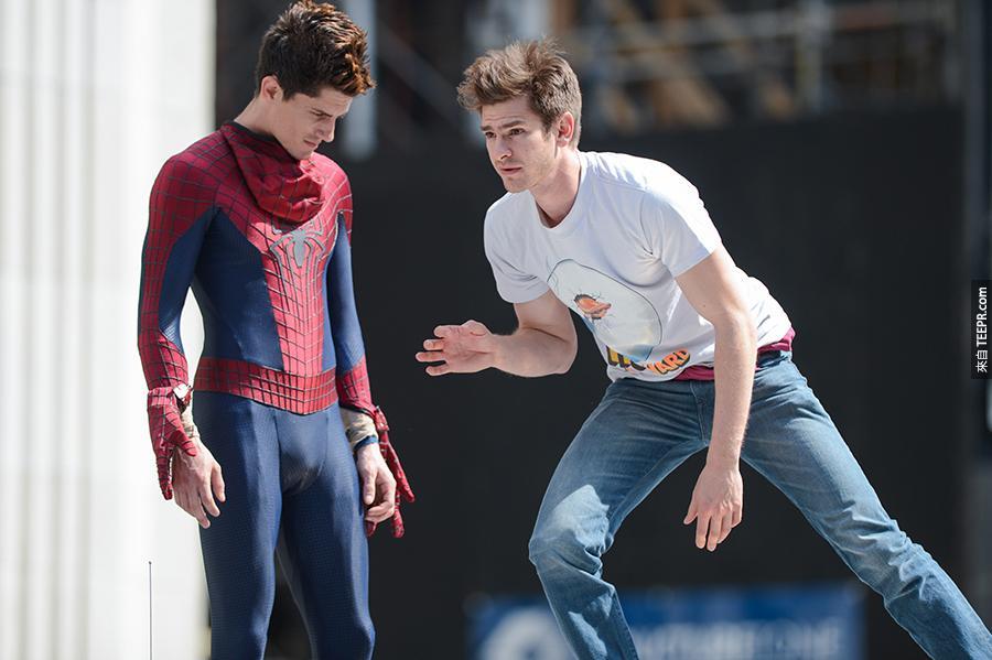 10)演員安德魯·加菲爾德(右)與他的特技替身在麥迪遜廣場公園 (紐約市) 拍攝《蜘蛛俠2》。