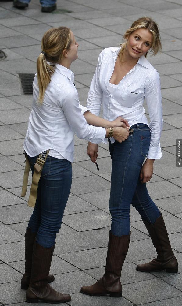 2)在騎士出任務 2009年12月9日的西班牙塞維利亞拍攝現場,卡梅隆·迪亞茲(右)和她的替身。