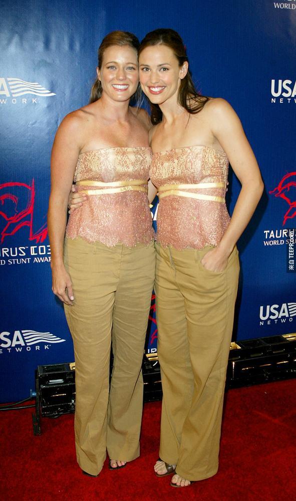 14)女主角詹妮弗·加納(右)和她的替身莎娜Duggins出席第三屆金牛世界特技大獎典禮 (派拉蒙影城好萊塢,加州 6月1日 2003年) 。