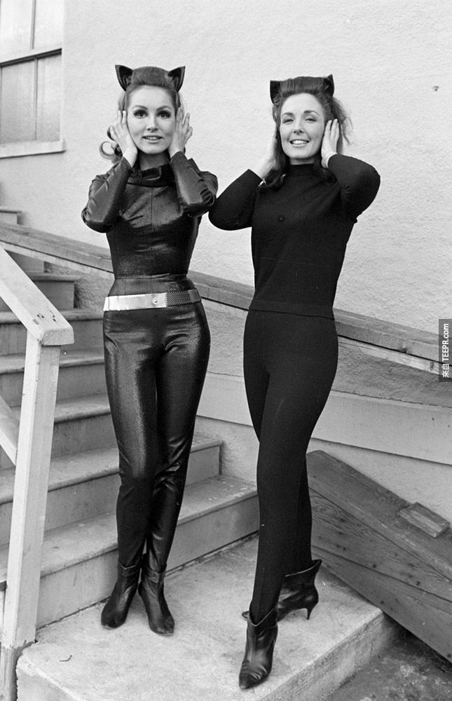11)朱莉紐瑪(左)與她的特技替身在3月3日1966年時拍攝蝙蝠俠電視系列節目。