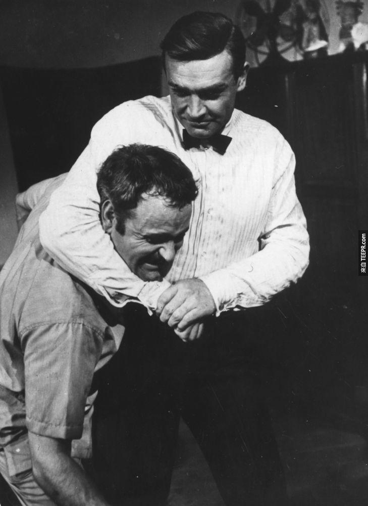 13)被稱為最出色的詹姆斯·邦德的肖恩·康納利(右)扣住自己的特技替身Alf Joint (《金手指》的拍攝過程)。