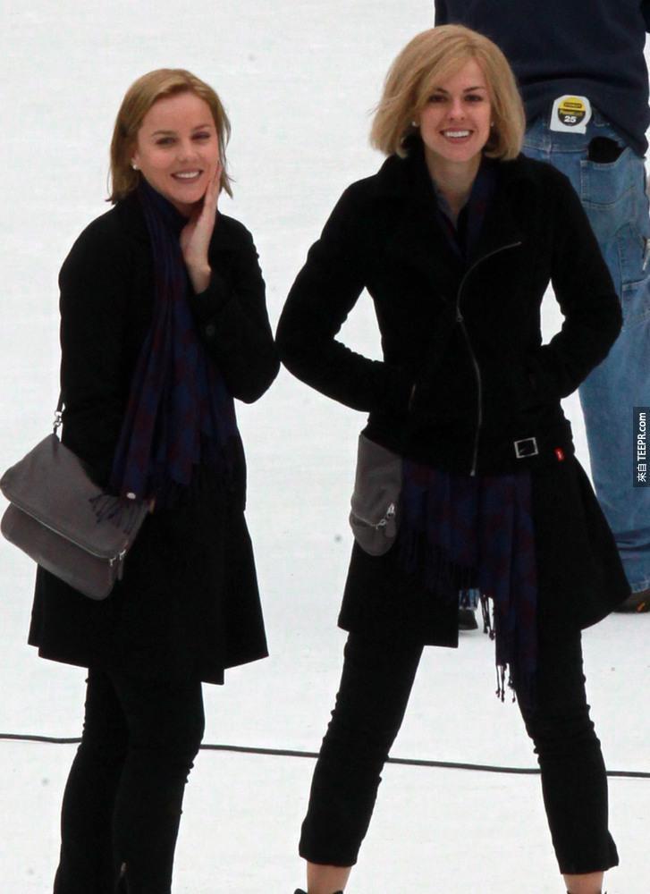 12)女演員艾比考尼什(左)在冰河上與她的特技替身在紐約市拍攝《藥命效應》。