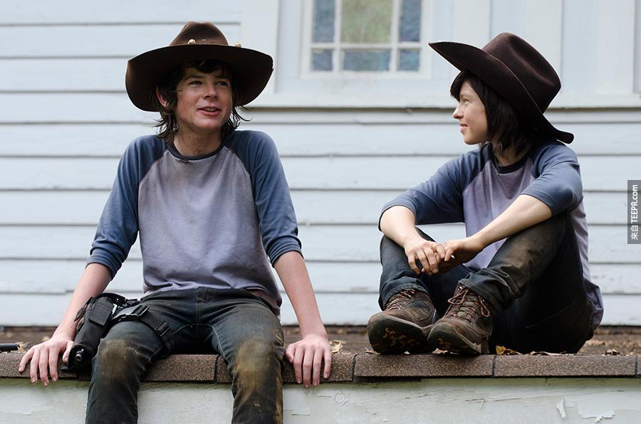 1)陰屍路裡扮演卡爾的錢德勒里格斯(左)還有她的替身,艾米麗(Emily) Brobst,一名29歲的女人。