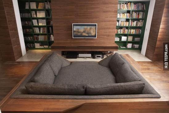 這感覺起來也太舒服了吧...但是電視有點小。