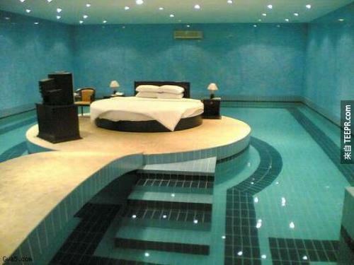 游泳或是睡午覺...?不要滾到水裡面就可以了。