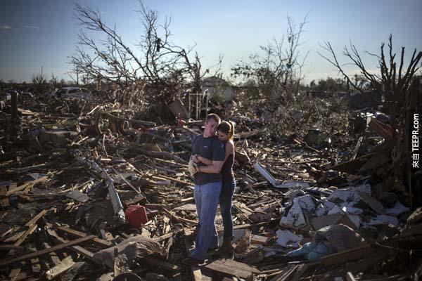 一對奧克拉荷馬州(Moore, OK.)的夫婦哀悼被龍捲風摧毀的家園。