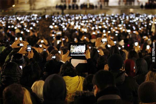 所有的天主教徒在梵蒂岡聖彼得大教堂廣場,為紀錄新當選的教皇Pope Francis(方濟各)而拿起相機、平板留下歷史的一刻。