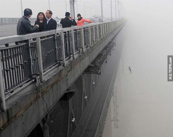 一名中國男子因為想跳下武漢大橋尋短而被政府監禁,因為他的愛人不久前才剛剛也跳下了這座橋。