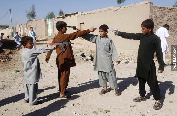 阿富汗宰牲節(Eid al-Adha)的第一天,小男孩們拿著玩具槍指著對方。