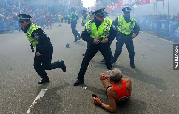波士頓馬拉松遭到炸彈客的襲擊,當下警察們還來不及做出反應,而很多跑者都跌倒在地上。